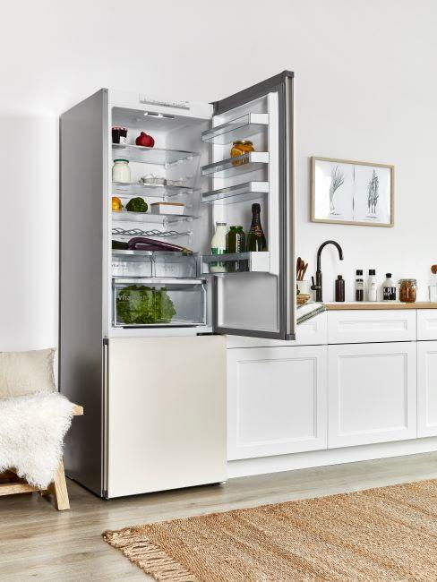 refrigerateur ouvert, range, cuisine moderne, meubles blancs