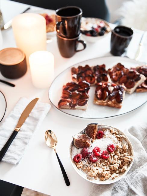 bol de porridge et tartines