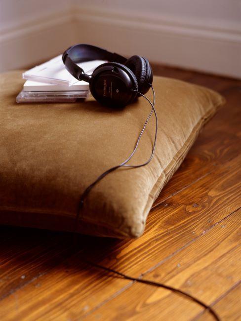 Casque d'écouteurs avec cds sur un coussin en velours brun