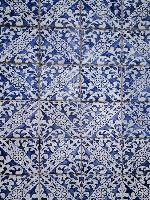 Carreaux blancs et bleus à motifs géométriques