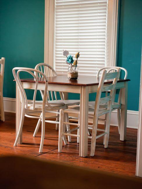 petite table carree avec 4 chaises blanches, mes murs turquoise