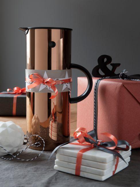 cadeaux emballes dont une jolie cafetiere