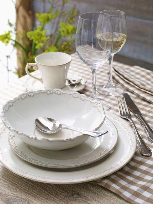 Table avec vaisselle blanche à bord décoratif