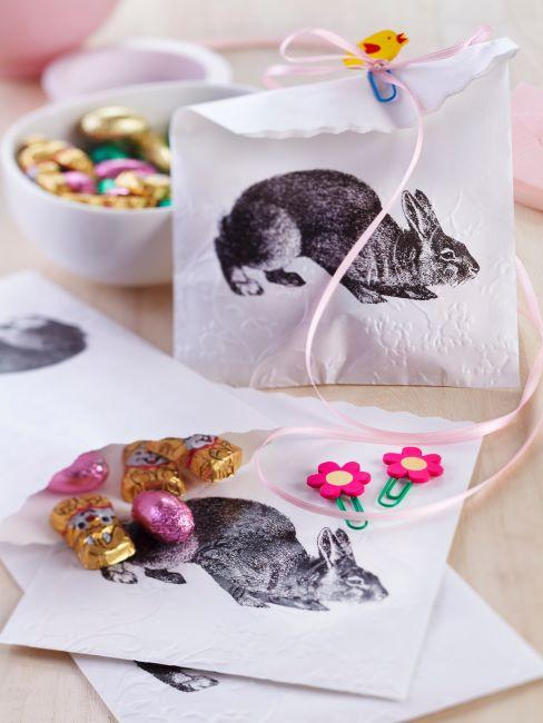 Sacs en papier avec dessin de lapin de Pâques