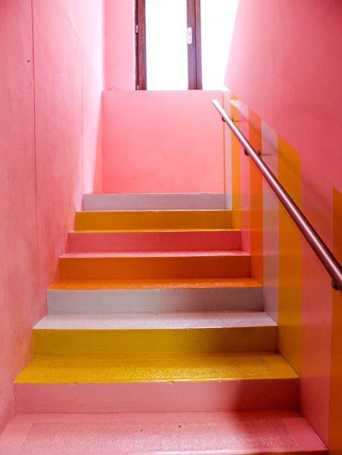 Cage d'escalier de couleur rose et jaune