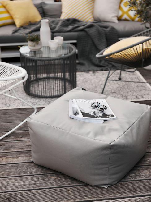 balcon avec pouf et chaises cantilever
