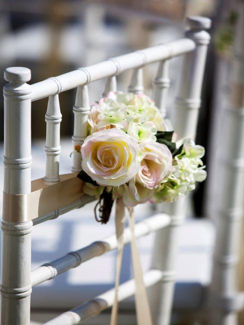 chaise avec dossier decore d'un beau bouquet de fleurs