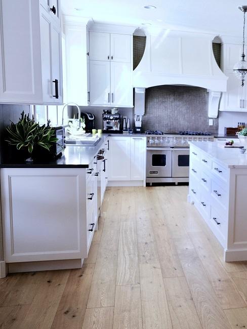 cuisine feng shui blanche avec elements en bois et gris