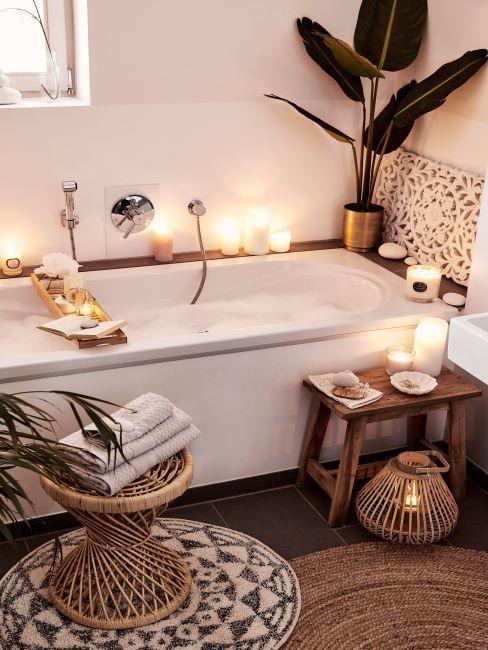 salle de bains, baignoire, tabouret rond en rotin, lanterne en rotin, ambiance, bougies, serviettes de toilette