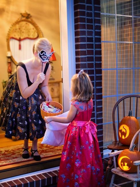 Femme deguisee en sorciere et petite fille princesse pour halloween