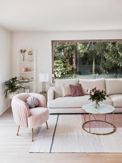 Salon moderne et cosy, fauteuil rose en velour et canapé blanc