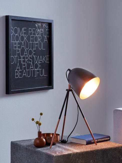 lampe de bureau industrielle allumée noire et affiche encadrée