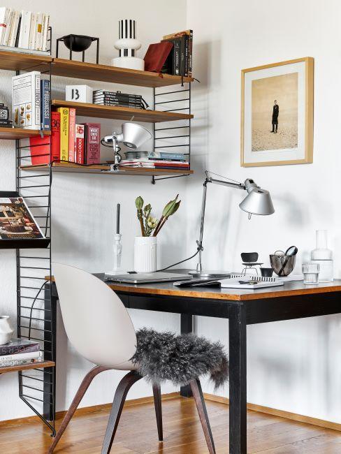 bureau à domicile, avec chaise scandinave, peau de mouton, étagères et lampe de style industriel