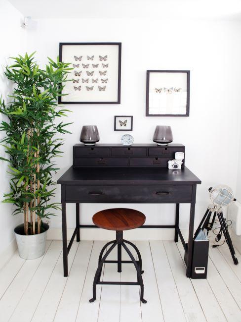 petit espace bureau à domicile, mobilier industriel en bois, lampe trépied, images encadrées et plante verte