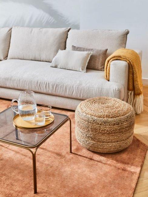 soggiorno con tappeto colore arancione