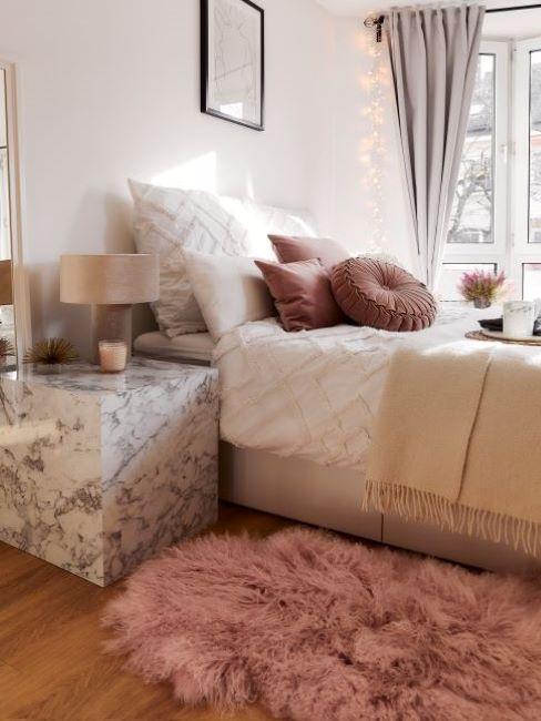 camera con tappeto e cuscini rosa antico