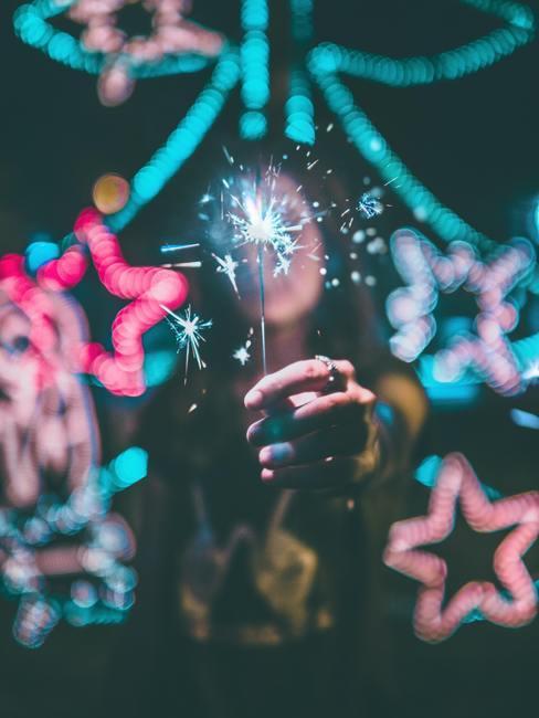 Decoraties en lichtjes op een nieuwjaarsfeest