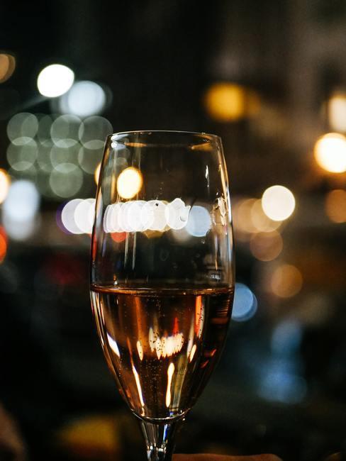 Nieuwjaars champagne op de achtergrond van lichten