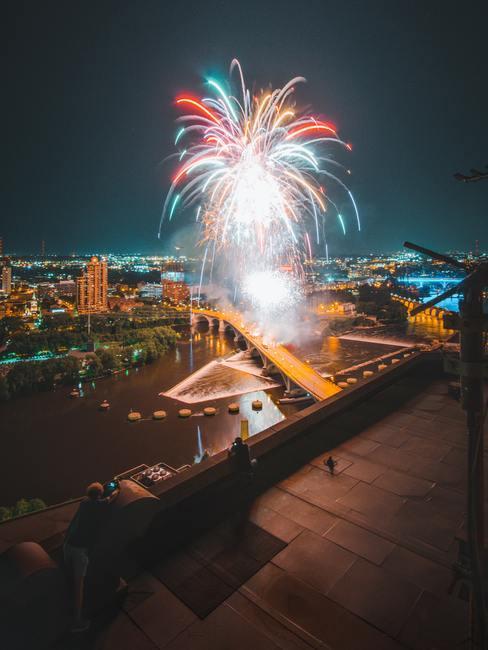New Year's vuurwerk op de achtergrond van het stadscentrum