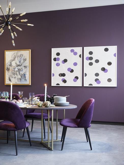 Paarse muur met paarse velvet stoelen en marmere tafel op grijze vloer