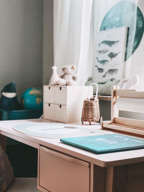 Meidenkamer: bureau met opbergdozen en notitiesblok