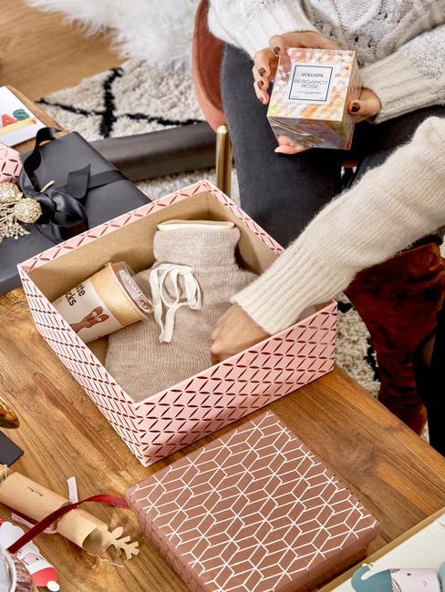 Kerstcadeau inspiratie houten tafel met cadeau verpakking