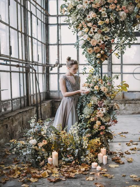 Vrouw versieren van een bloemen slinger in boho-stijl