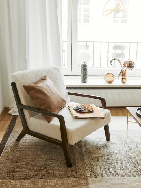 Suede schoonmaken stoel op beige vloerkleed