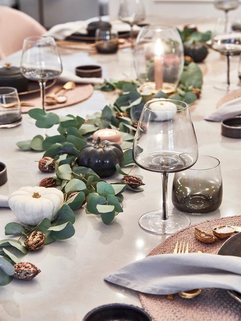 Herfst decoratie tafelsetting met poempoenen