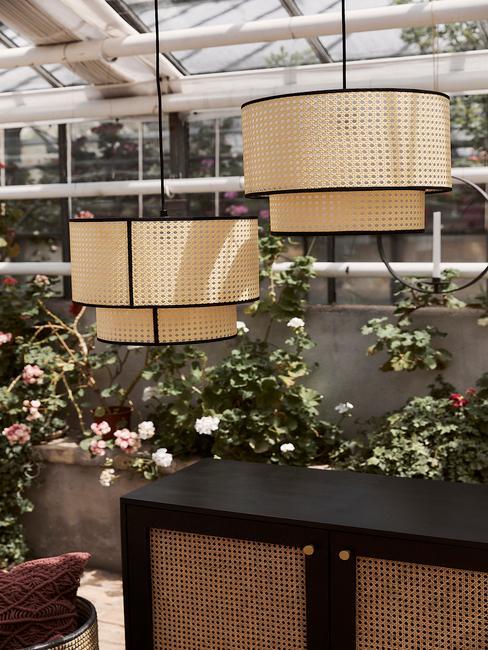 Rotan hanglamp in witte kas met bloemen