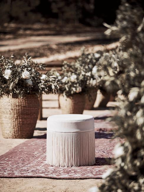 Draaiboek bruiloft bohemian bruiloft oud roze poef op perzisch tapijt