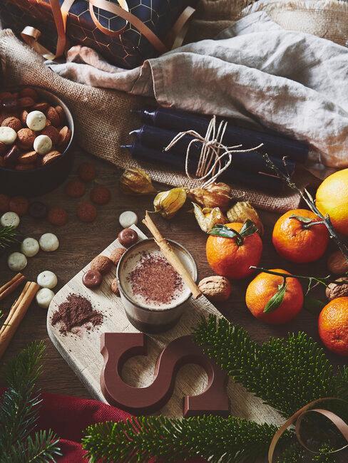 Sinterklaas decoratie chocolade letters, pepernoten en mandarijnen