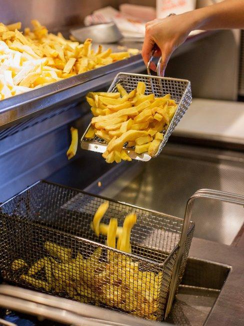 Frituurpan schoonmaken voor professionele frituur met friet
