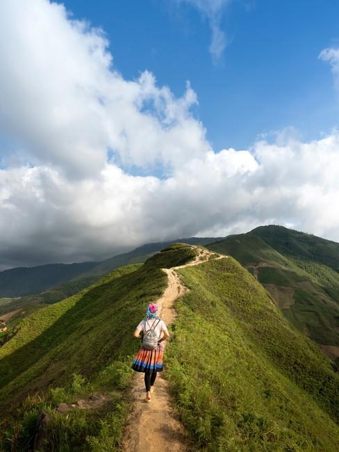 Wandelpad op de top van een berg met een wandelaar