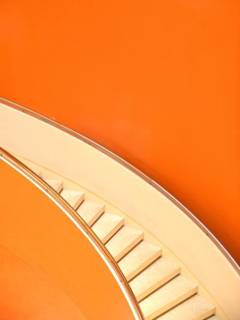 Witte trap voor oranje muur