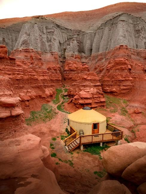 Stoffen hut in de rode woestijn