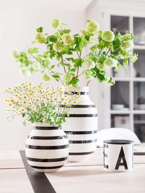 lente decoratie twee vazen in blauw-wit met lentebloemen op witte achtergrond