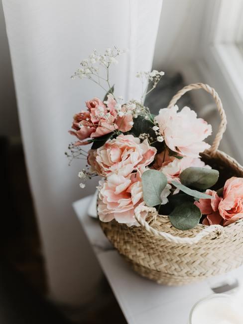 Lente decoratie roze bloemen in mand