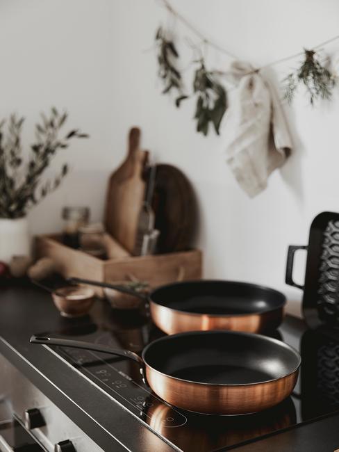 Oven schoonmaken: pannen op een gasfornuis