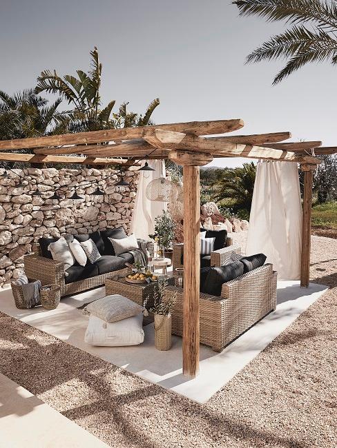 Achtertuin Bohemian tuin met rotan meubels en witte lakens