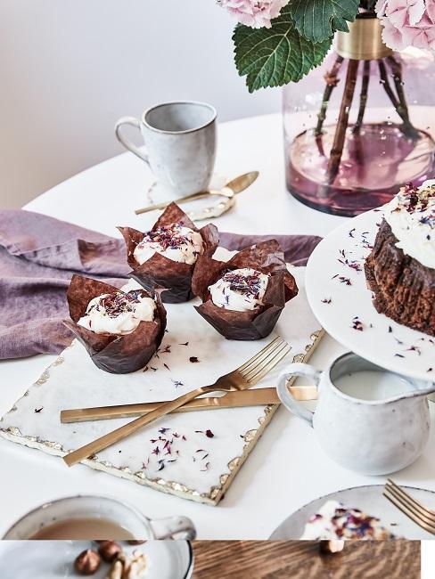 Verjaardagscadeau vrouw verjaardagsontbijt met muffins
