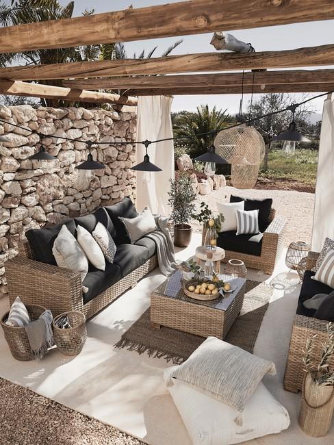 Houten pergola met weens vlechtwerk outdoor meubels