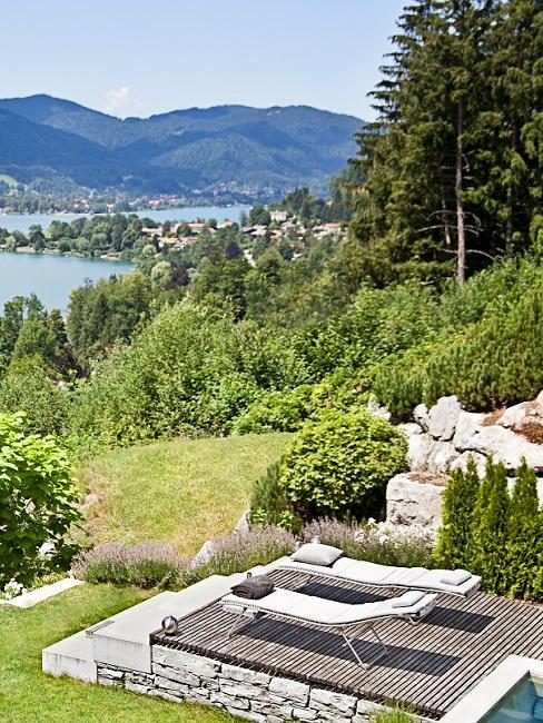 Overzicht vanuit de bergen op een blauw meer