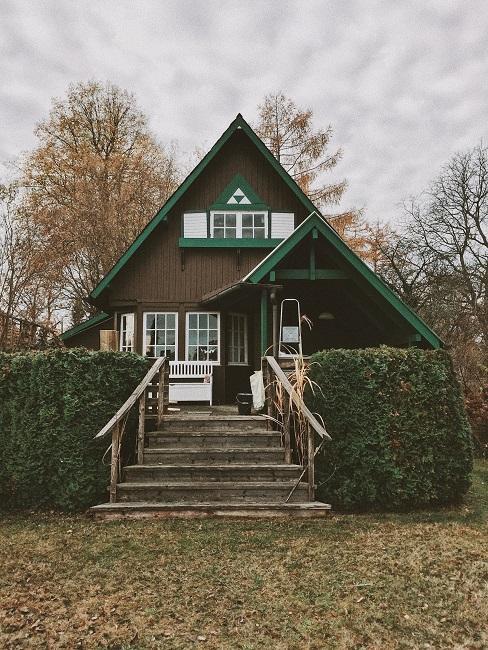 Vakantiehuis met groen dak en trap in de natuur