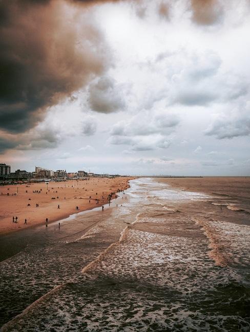 Strand met mensen