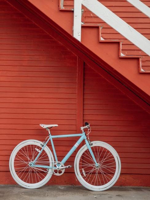 Fietsvakantie rode achtergrond met witte fiets