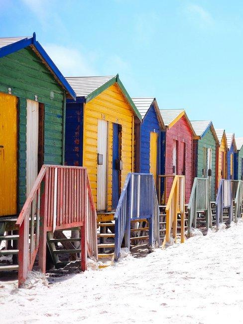Gekleurde strandhuisjes op het strand van vlieland vliebiza