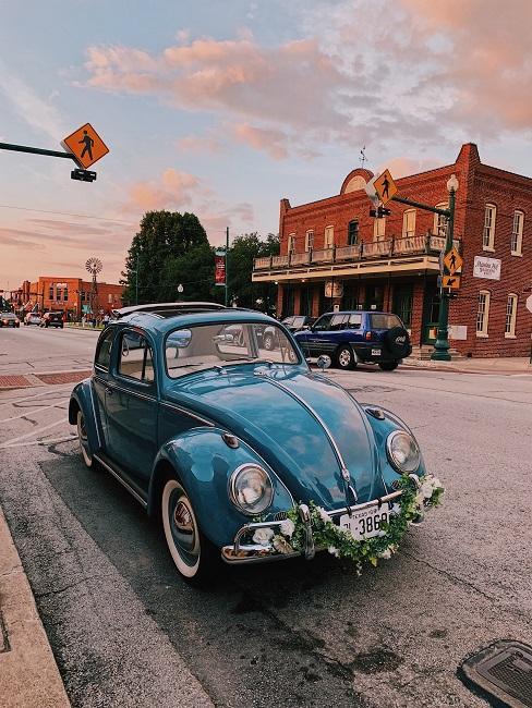 Blauwe auto met bruiloft decoratie