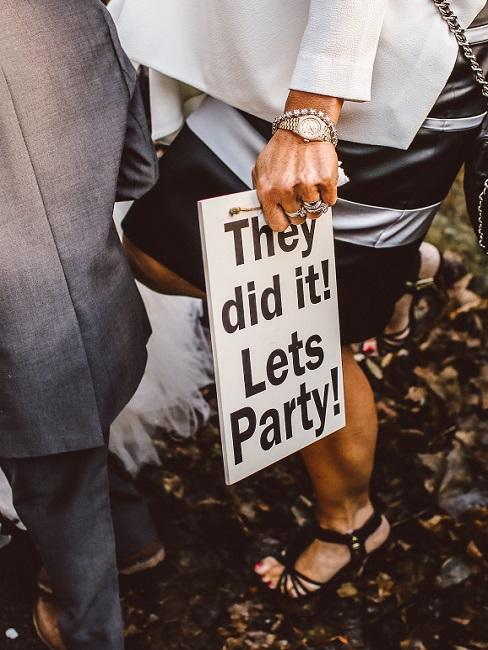 """Decoratief bord met de tekst """"They did it! Let's party"""" in boho-stijl"""
