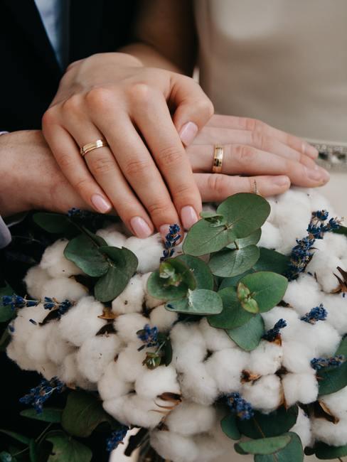 Bruidspaar die handen vasthoudt